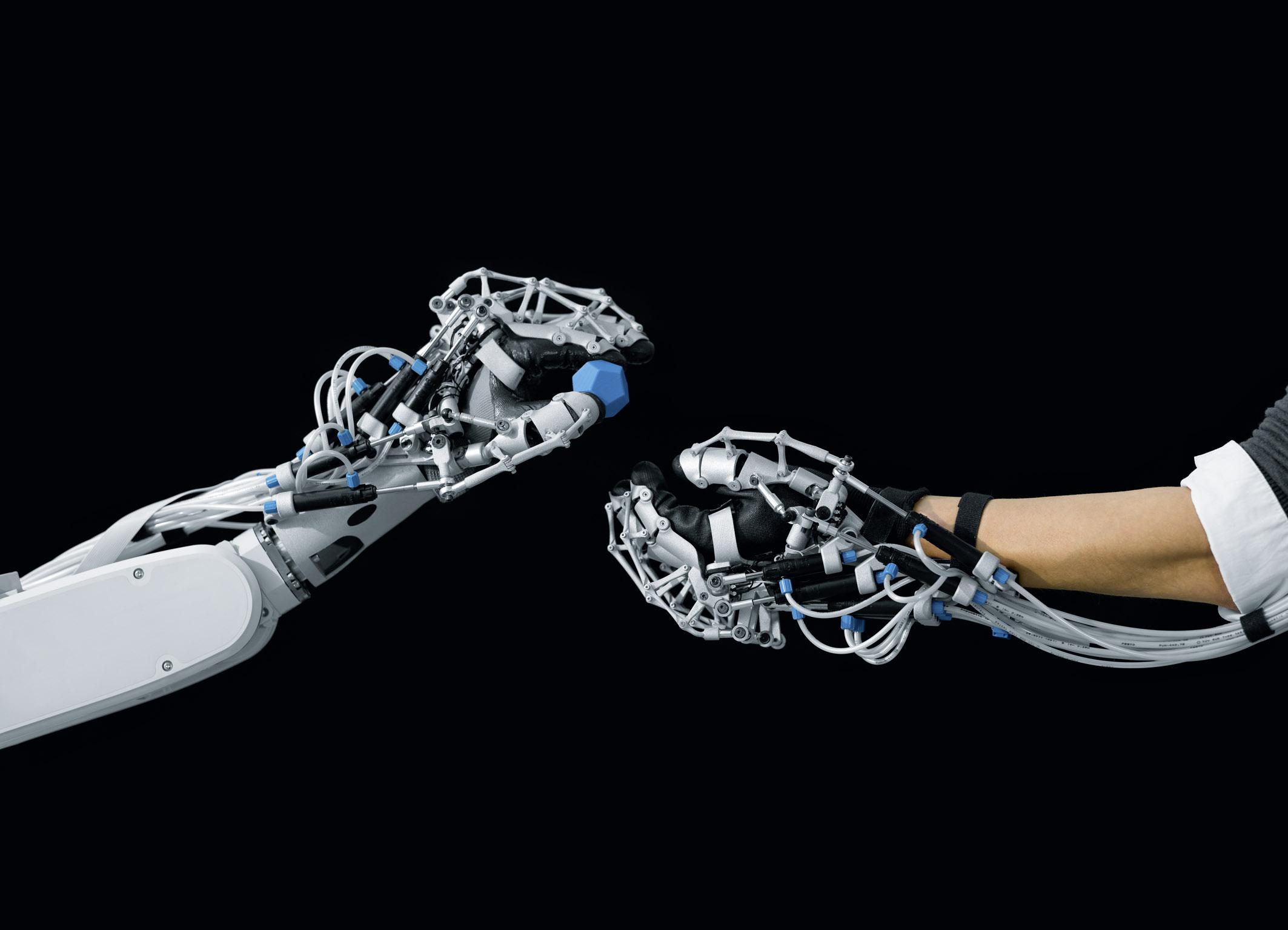 Первый в мире человек с механической рукой: chyyr 28